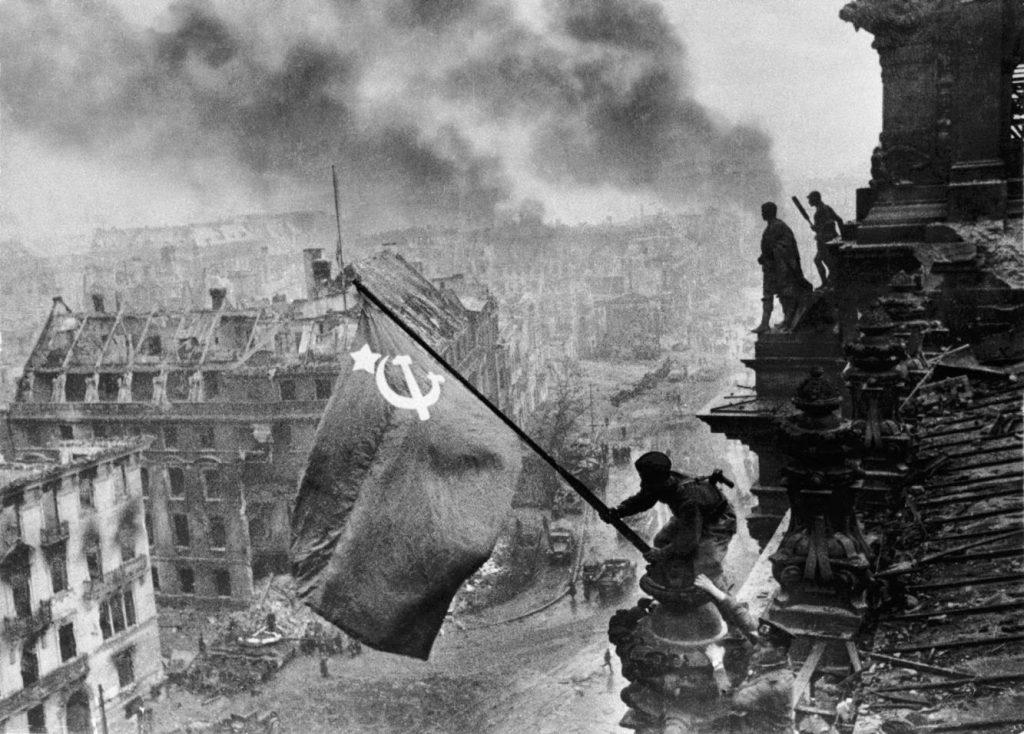 Alzando una bandera sobre el Reichstag, de Yevgueni Jaldéi Manipulada