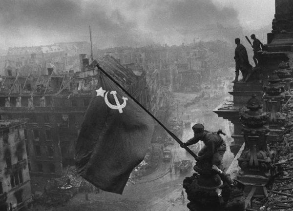 Alzando una bandera sobre el Reichstag, de Yevgueni Jaldéi Original