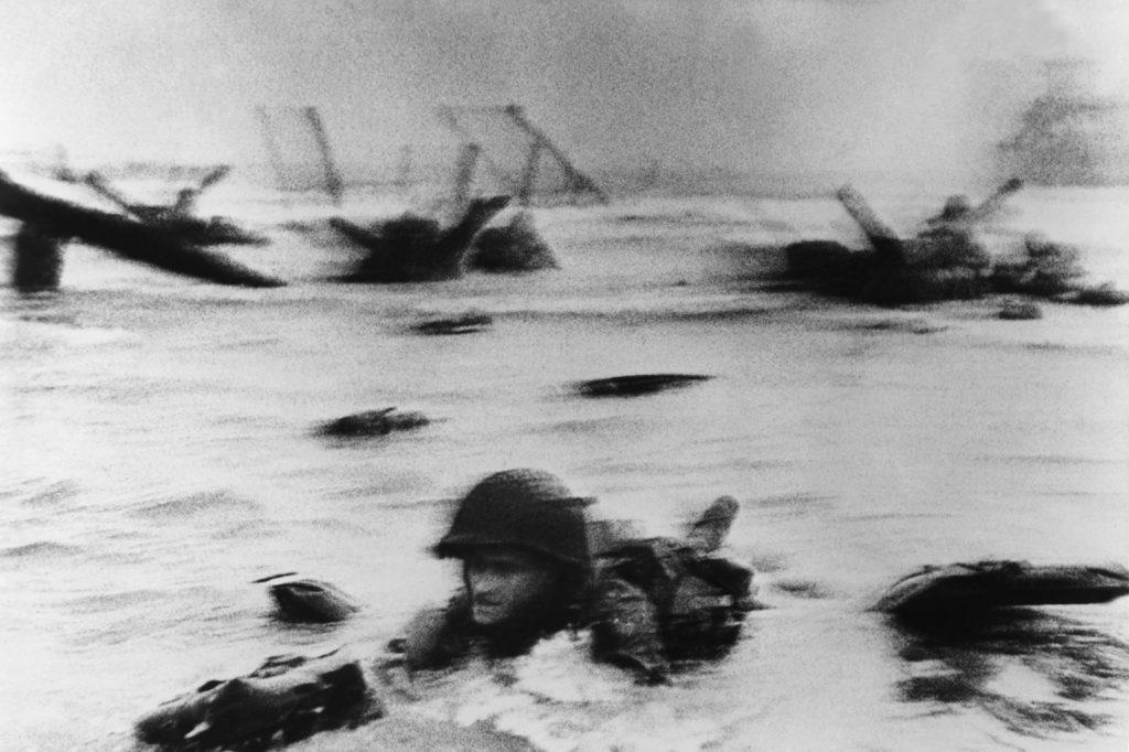 Robert Capa Soldado americano Edward K. Regan desembarcando en la playa de omaha en normandia 6 de Junio 1944 Dia D